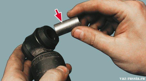 Извлечение распорной втулки из нижнего шарнира амортизатора