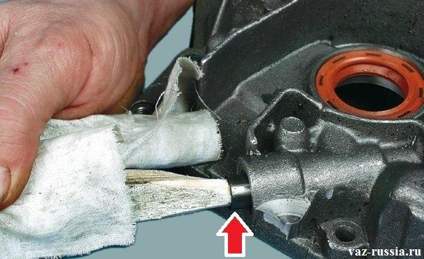 Извлечение редукционного клапана с помощью заострённой палки