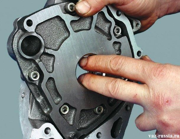 Проворачивание шестерён маслонасоса на несколько оборотов, для того чтобы смазать их рабочую поверхность
