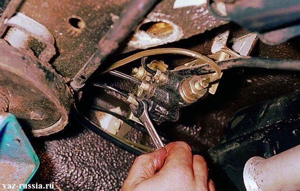 Отворачивание штуцеров крепящих тормозные трубки к колдуну