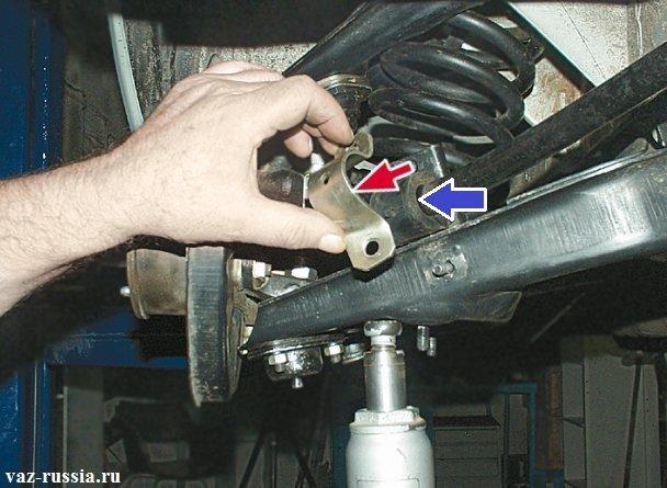 Снятие крепящей скобы которая указана красной стрелкой и следом за ней снятие подушки стабилизатора которая указана синей стрелкой