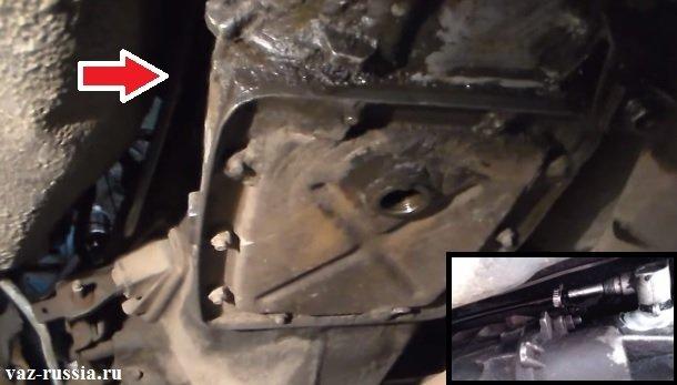 Стрелкой показано местонахождение троса, а в правом углу экрана добавлена фотография которое с другого ракурса показывает местонахождение всё того же троса