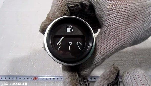 На фото изображен указатель который показывает оставшиеся топливо в бензобаке