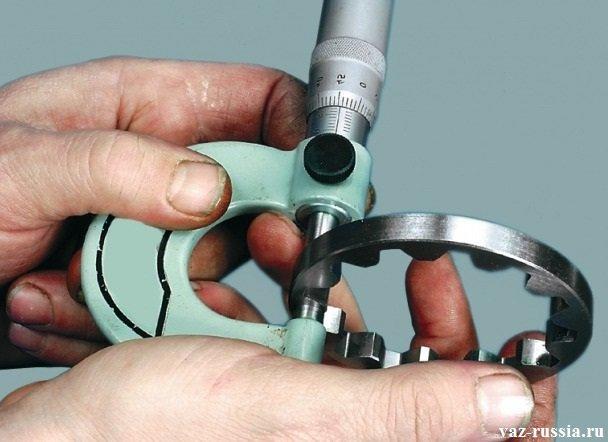 Измерение ведомой шестерни маслонасоса