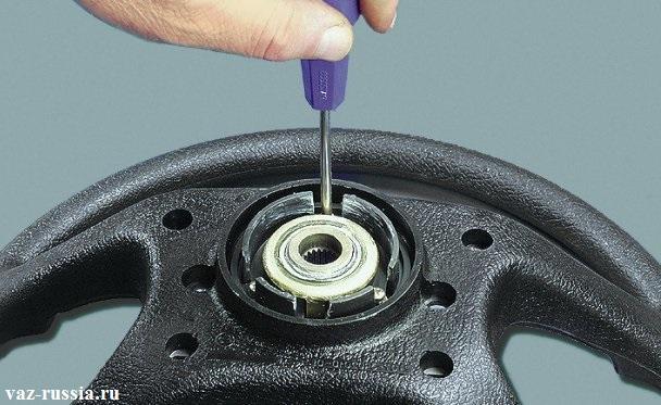 Отворачивание трех винтов крепления контактного кольца сигнала