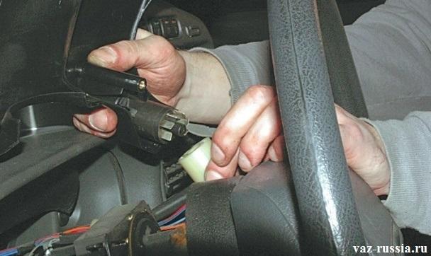Отсоединение выключателя аварийной сигнализации от колодки проводов