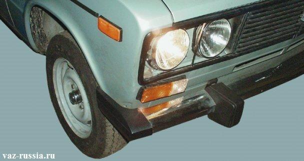Включенный ближней свет фар на автомобиле