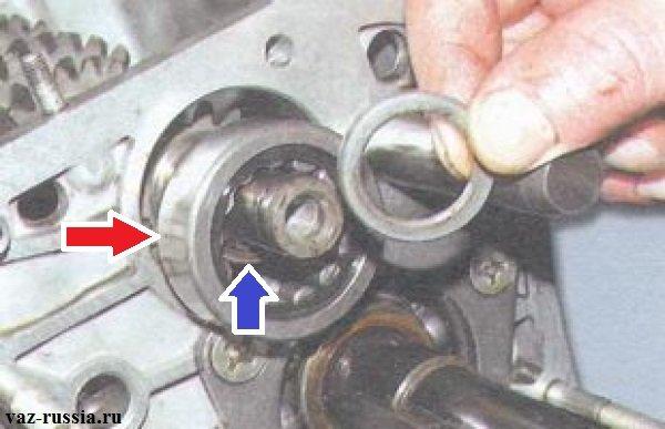 Снятие дистанционной втулки, наружного и внутреннего кольца заднего подшипника