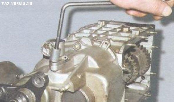 Отворачивание гайки которая крепит привод троса спидометра к задней крышки коробки