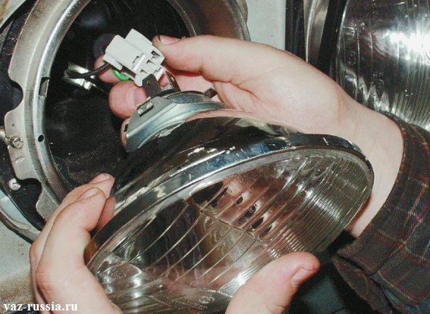 Снятие фары и отсоединение от её задней части колодки проводов