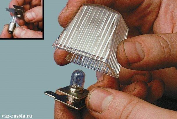 Снятие держателя в котором находиться лампа из рассеивателя
