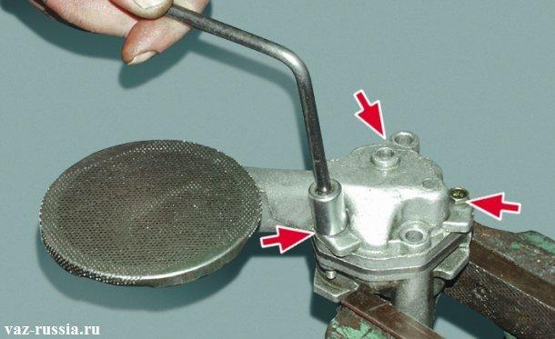 Отворачивание трех болтов крепящих приёмный патрубок к корпусу насоса