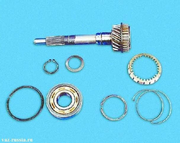 На фото изображён первичный вал, а так же блокирующее кольцо синхронизатора и пружинное и стопорное кольцо