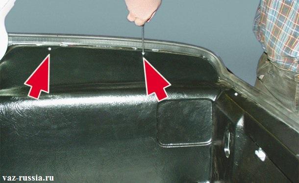 Стрелками указаны винты крепления правой обшивки бака, которые нужно будет вывернуть