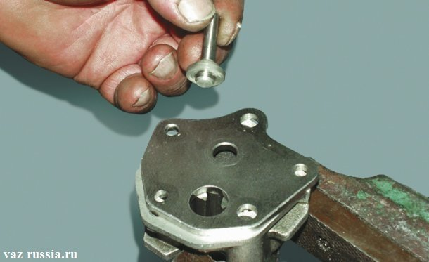 Снятие самого редукционного клапана с крышки