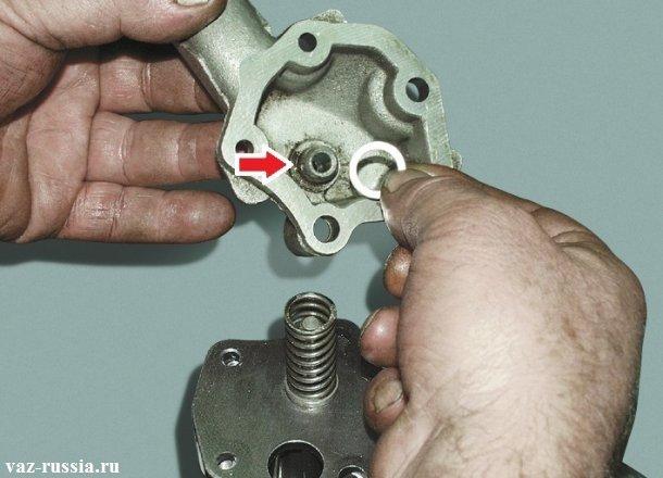 Стрелкой указано место где скорее всего у вас окажется шайба после отсоединения патрубка от корпуса насоса