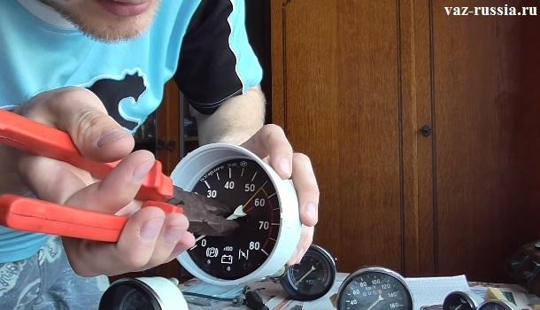 Поддевание стрелки и дальнейшее её снятие с прибора