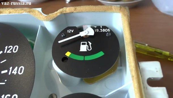Стрелка указателя уровня топлива находящаяся на отметки «min»