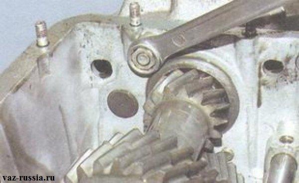 Отворачивание внутренней гайки крепления задней крышки картера