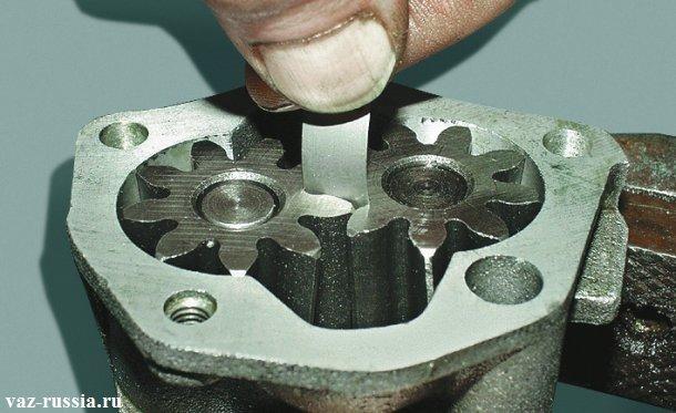 Проверка зазора между обоими шестернями маслонасоса