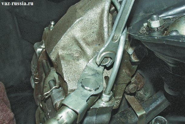 Выворачивание болта крепления скобы тормозного шланга
