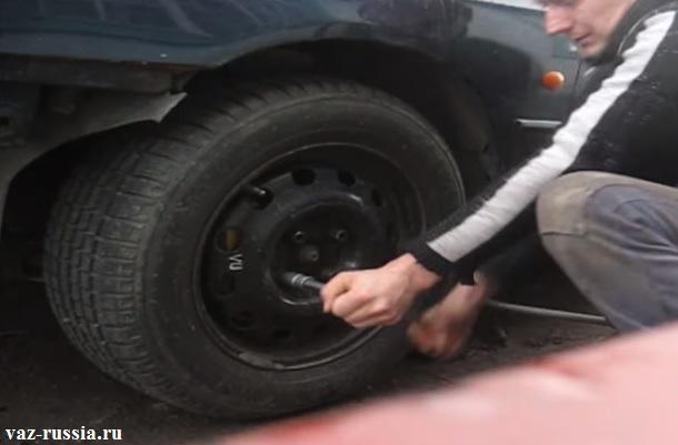 Ослабление болтов крепящих колесо к автомобилю