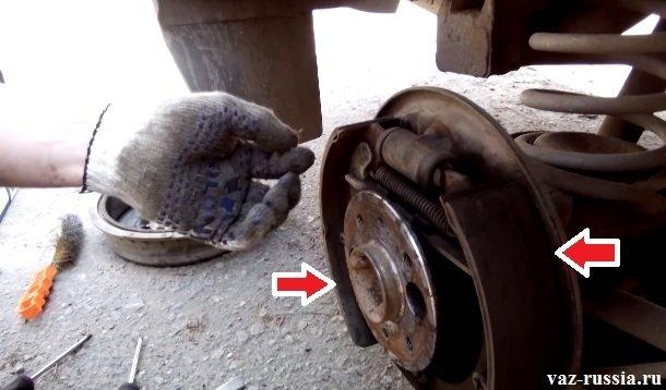 Стрелками указаны две задние тормозные колодки