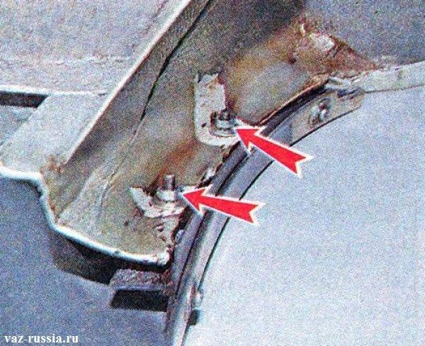 Стрелками указаны две гайки которые крепят кронштейн бампера, к кузову автомобиля