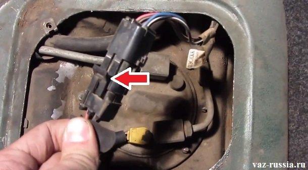 Потяните на себя чуть защёлку которая указана стрелкой и после чего разъедините между собой колодку проводов и разъём