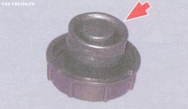 На фото стрелкой указана компенсационная полость перевернутой крышки закрывания бачка