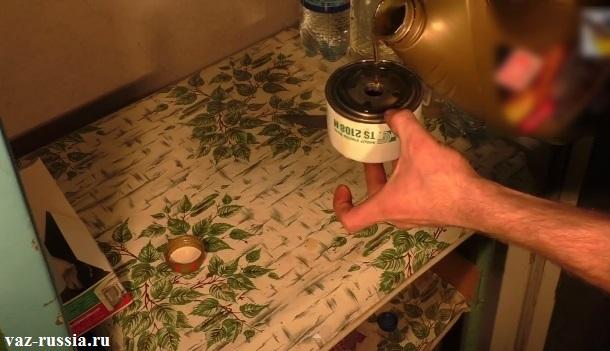 Заливание моторного масла во внутреннюю часть фильтра