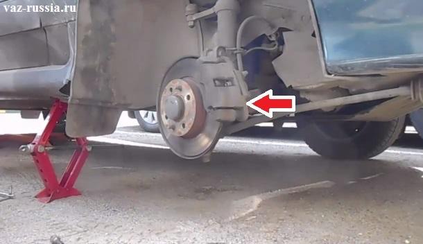 Стрелкой указано местонахождение тормозного суппорта внутри которого располагаются сами колодки