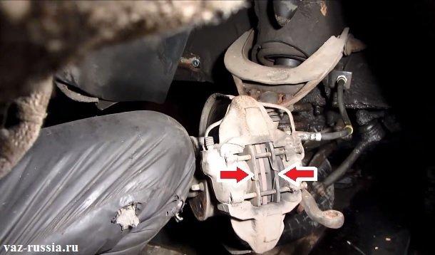 Стрелками указано местонахождение тормозных колодок