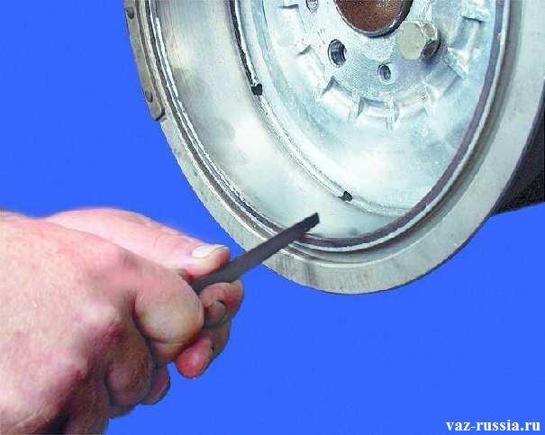 Удаление напильником выработки которая появляется от времени, на внутренней части барабана её ещё называют буртик