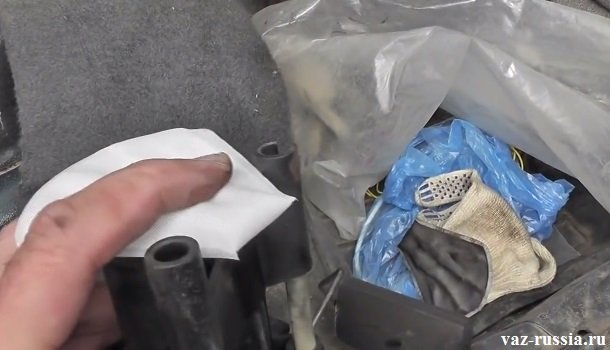 Установка новой чистой сетки на бензонасос