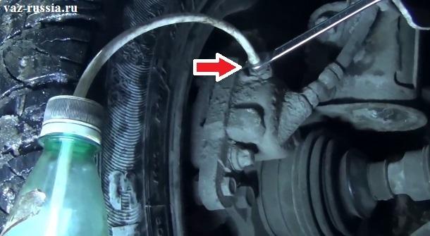 Стрелкой указан штуцер передних колёс который располагается на скобе тормозного суппорта