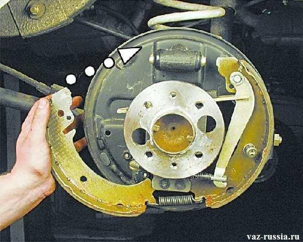 Установка передней тормозной колодки на своё место и при этом ещё нужно установить нижнюю стяжную пружину, которая на фото уже установлена