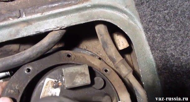 Снятие прижимного кольца со шпилек, после поддевания его при помощи отвёртки
