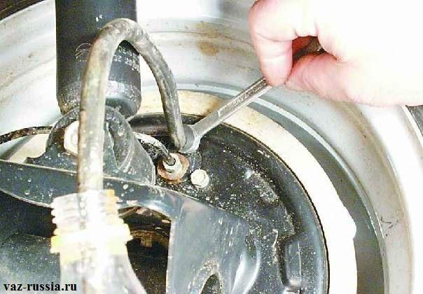 Ослабление штуцера для прокачки тормозов
