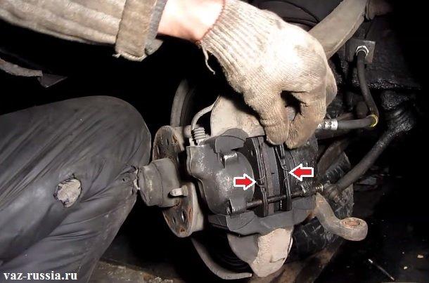 Две пружинки удерживающие тормозные колодки на своих местах