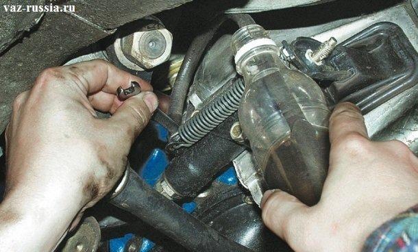 Отворачивание на три, четыре оборота прокачного штуцера и сливание тормозной жидкости из гидропривода сцепления в ёмкость