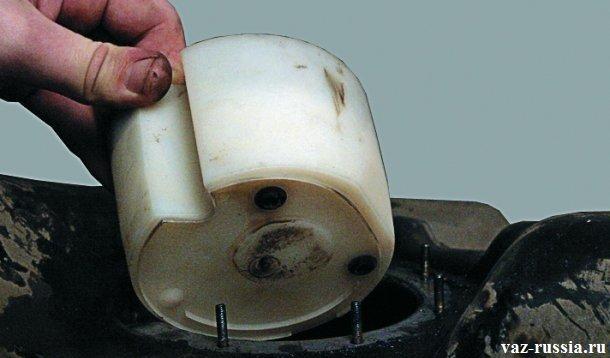 Извлечение оставшегося резинового уплотнительного кольца топливного насоса из бака