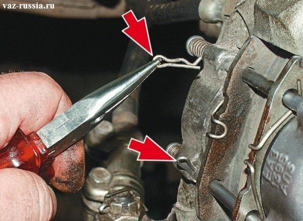 Снятие при помощи маленьких пассатижей шплинтов крепящих пальцы суппорта