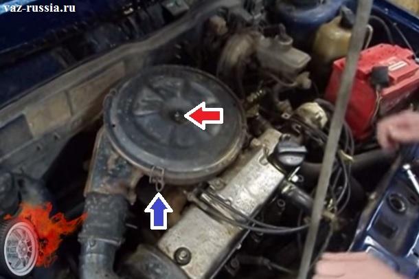 Красной стрелкой показана гайка которая крепит верхнюю крышку фильтра в самой верхней части, а синей стрелкой показана одна из четырёх защёлок которая так же крепит верхнюю крышку фильтра