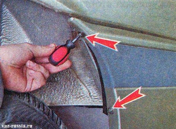 Отворачивание двух винтов крепления накладки заднего бампера