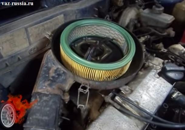 Установленный фильтр который нужно снять и поменять на новый, но когда фильтр будет снят обязательно при помощи тряпки протрите внутреннюю часть корпуса, но только в центральное отверстие мусор не в коем случае не бросайте