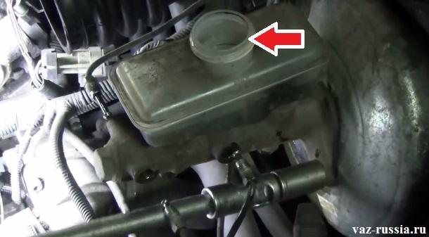 Стрелкой указано заливное отверстие тормозного бачка