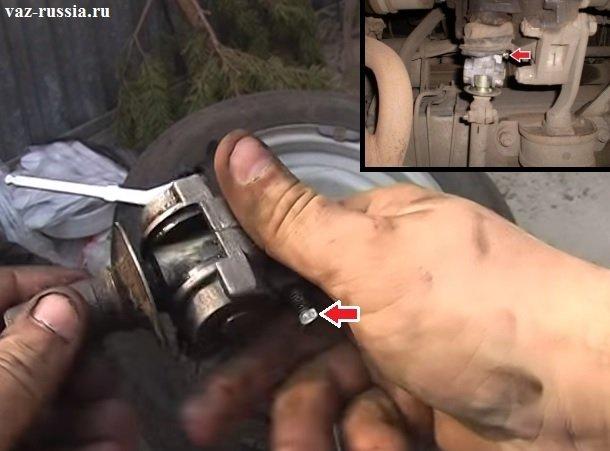 Стрелкой указан болт который крепит шарнир в передней его части, во время установки шарнира данный болт нужно будет ещё завернуть таким образом чтобы он попал в отверстие которое присутствует на штоке выбора передач