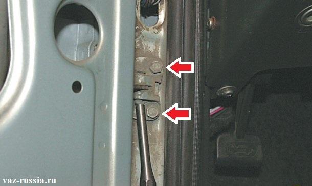 Выбивание пальца ограничителя открывания двери или же отворачивание болтов его крепления