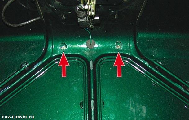 Две центральных гайки крепления спойлера в центре